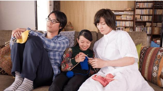 11 år gamle Tomo flytter sammen med sin onkel og hans kjæreste. Filmen handler om blant annet om hva det vil si å være en kjernefamilie, gjennom transtematikk og strikking.