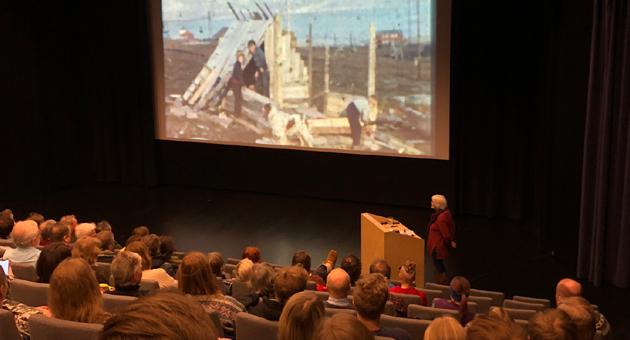 Tone Nødtvedt besøkte Svalbard filmklubb og viste filmer fra sin far, Erling J. Nødtvedt.