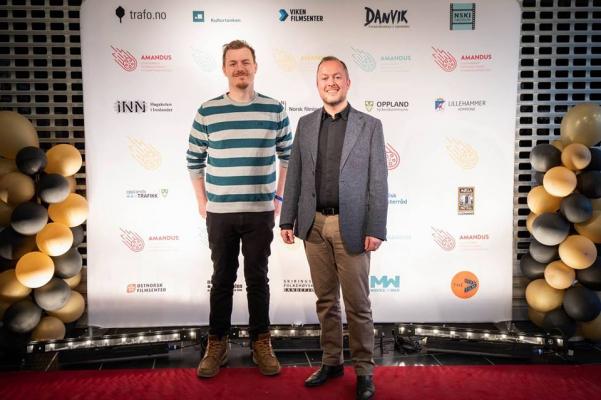 Atle Hunnes Isaksen (t.h.) fra Filmklubbforbundet rapporterer fra årets Amandusfestival. Her ved siden av Øystein Egge, daglig leder i Movies on War, og styremedlem i Filmklubbforbundet.